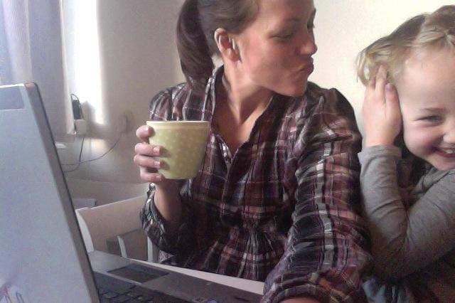 Men om jag jobbar färdigt, dricker kaffe och pussar Stor hejdå samtidigt... Och sedan städar, tänker ut blogginlägg och skriver medan jag tittar på Downton Abbey... En tvätt hinner jag med också, den klarar ju sig själv!