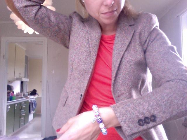 Anna B visar upp gå-på-möte-outfit och detaljerna på kavajen.