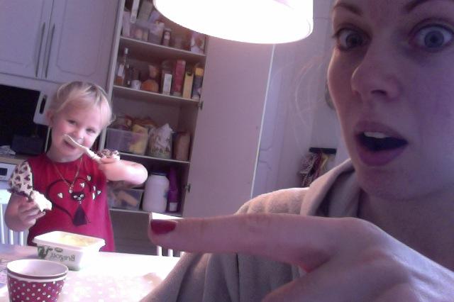 Ja, vi har fortfarande pyjamas på oss och ja, det lilla barnet sysslar fortfarande med saker bakom min rygg. Jag är upptagen med att blogga. Jag är upptagen med att blogga, vem bryr sig om att hon äter direkt ur smörpaketet?