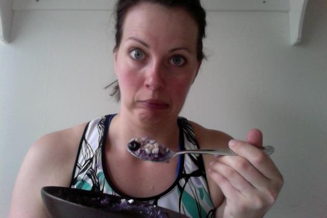 5. Gröt med keso och blåbär ser inte så aptitligt ut. Därför är det jätteroligt att reta barnen genom att räcka ut tungan när den är full med klet.